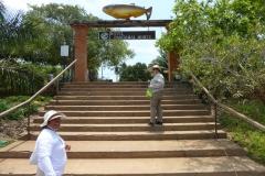 Judy und Monica am Pier zum Hotel Pantanal Norte in Porto Jofre