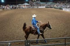 Ein Cowboy schaut sich die Arena an