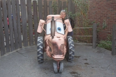 Monica vor einem Cars Traktor