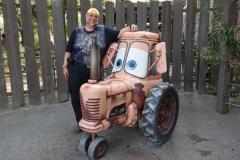 Reiner vor einem Cars Traktor