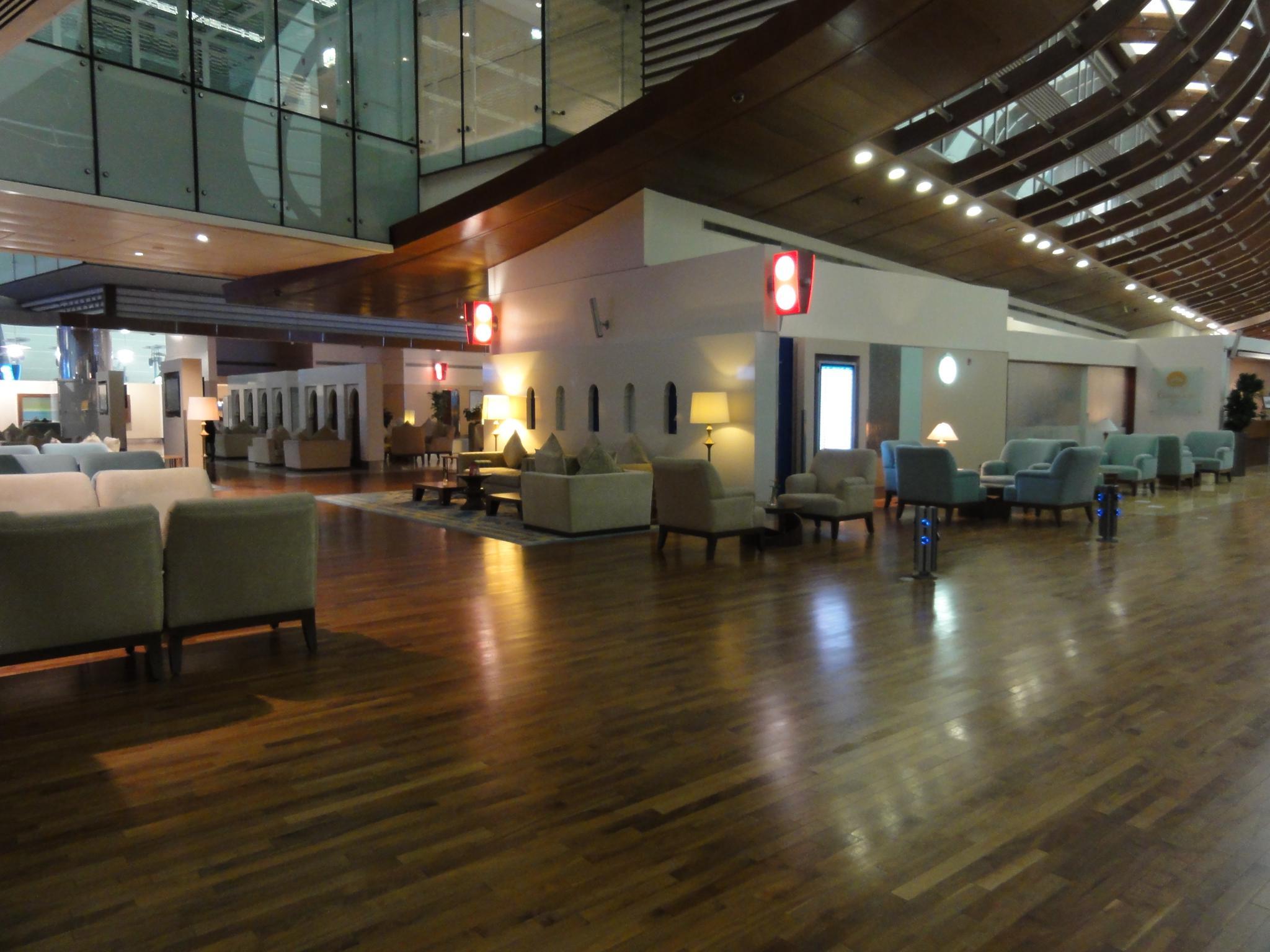 First Class Lounge mit Hotel darüber