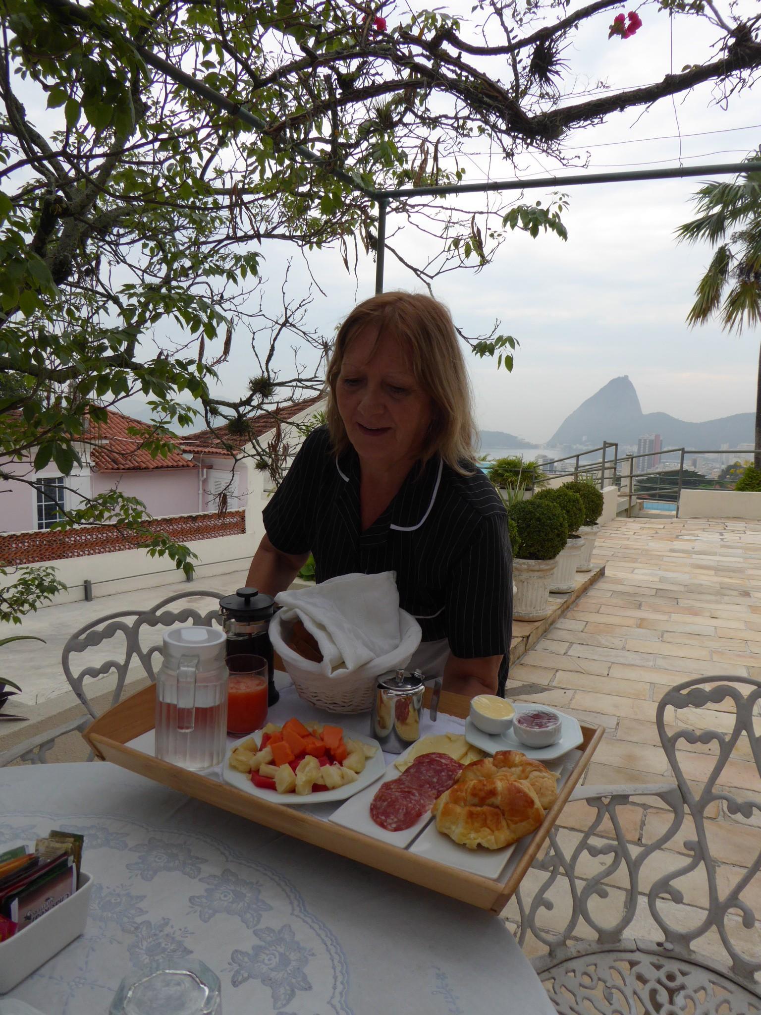 Maria bringt unser Frühstück im Rio Panoramic