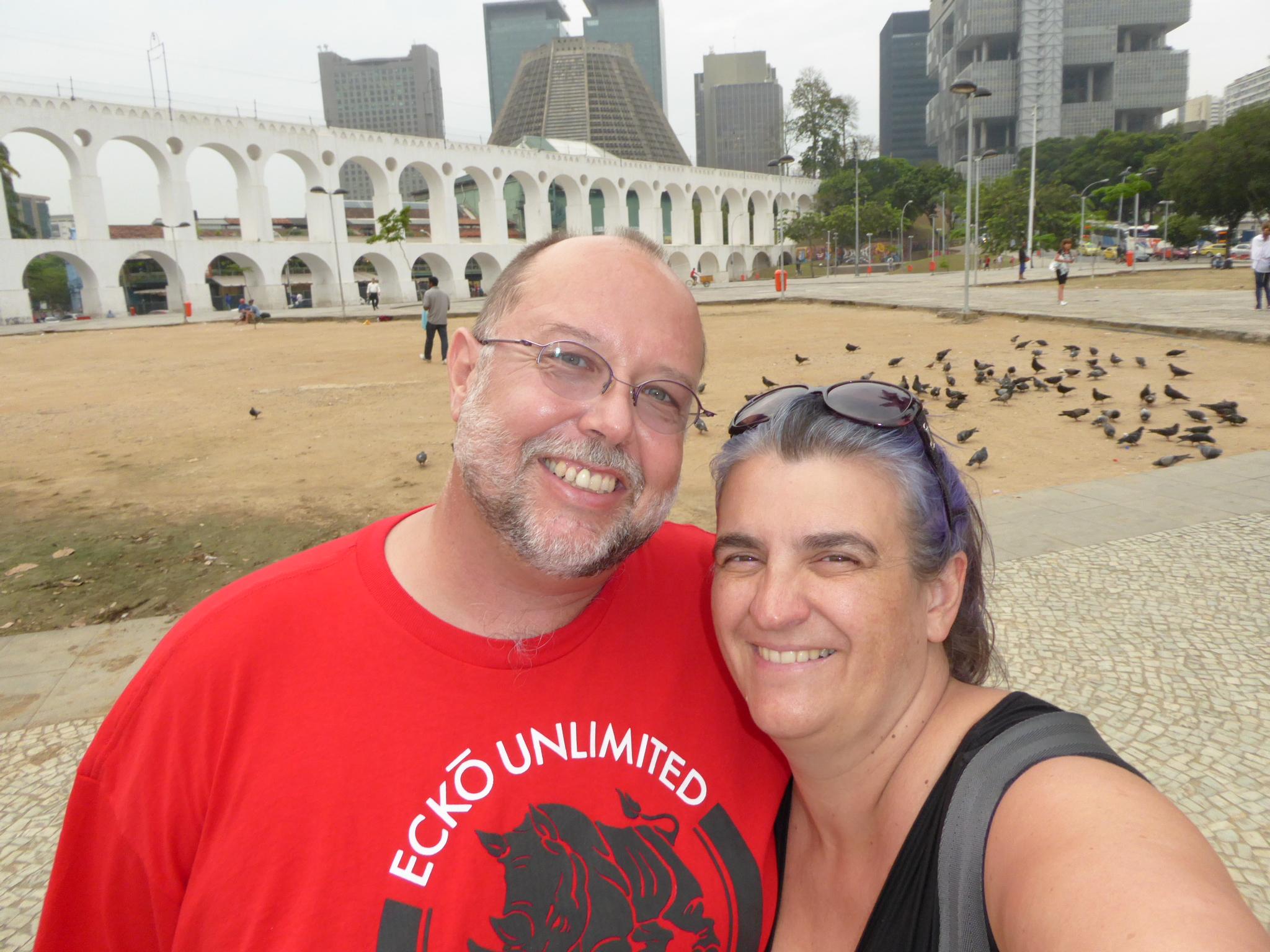 Zusammen vor dem Viadukt (Lapa Arches) und der Katedrale (Catedral de Sao Sebastiao)