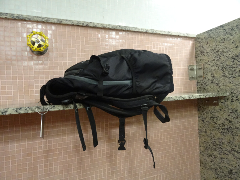 Die praktischen und stabilen Marmor Ablagen in den öffentlichen WCs