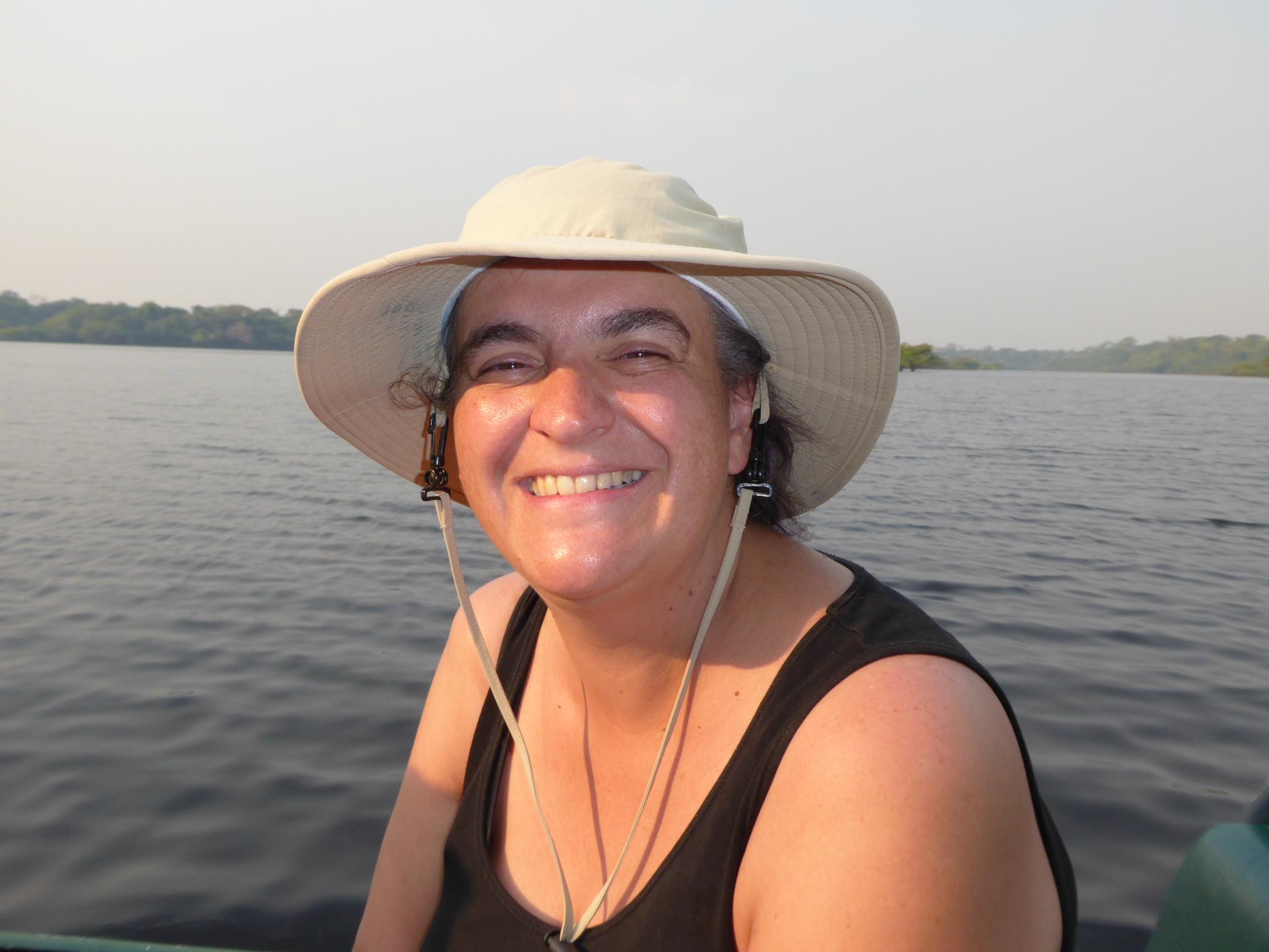 Monica etwas schmutziger im Boot (zum Glück sieht man den Hintern nicht)