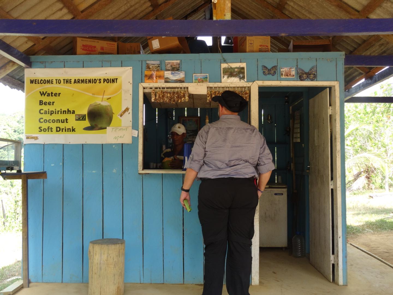 Reiner kauft sich eine Kokosnuss