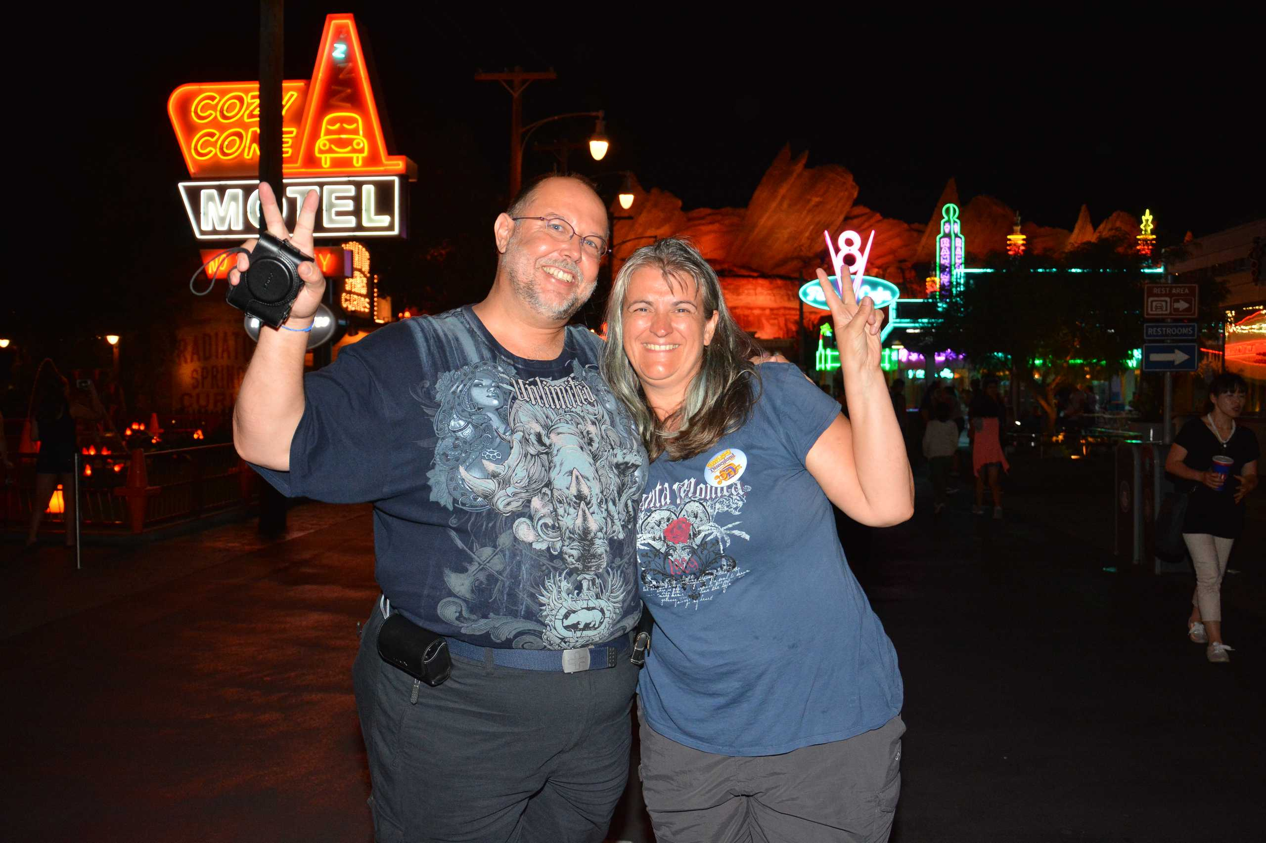 Reiner und Monica in der Neon beleuchteten Cars Szene